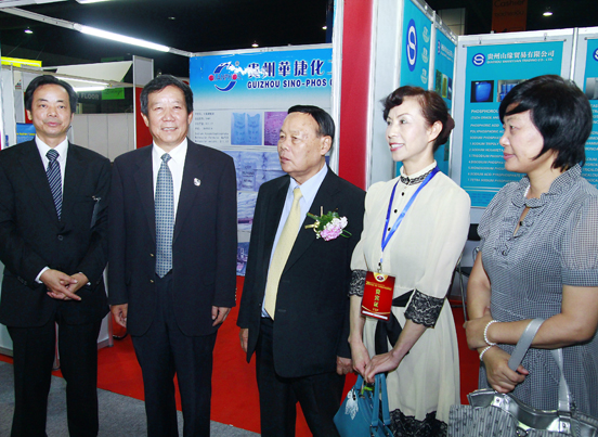 贵州贸促会领导与高文宽参赞参观贵州展区