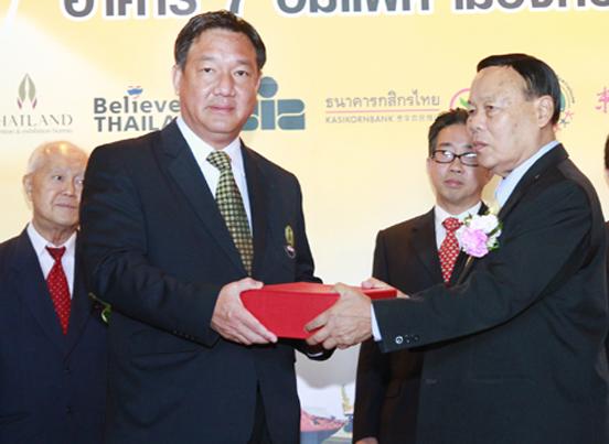 商会主席与泰副总理互赠记念品