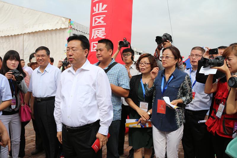 黄小芬总经理陪同榆林市委书记胡志强参观展会