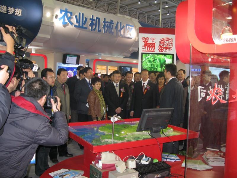 领导参观博览会各展区.JPG